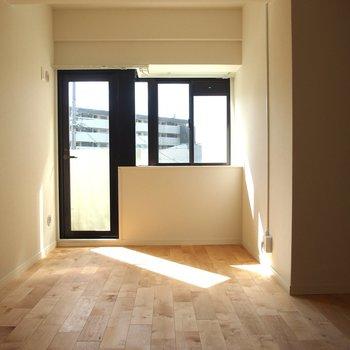 【洋室】寝室だって日当たりは欲しいのです!お布団干したくなっちゃうね!