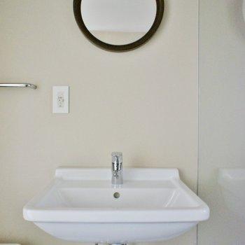 鏡がかわいい洗面台。※写真は前回募集時のものです
