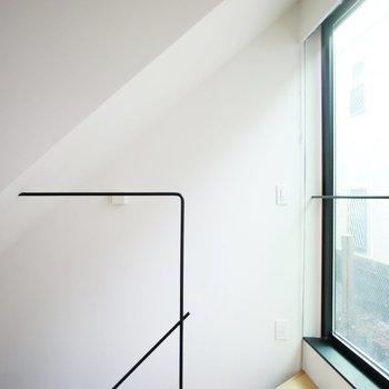 キッチン反対を向くと、素敵なデザインの階段手すり。※写真は前回募集時のものです