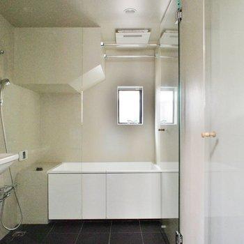 お風呂はガラスパーテーションで仕切る。※写真は前回募集時のものです