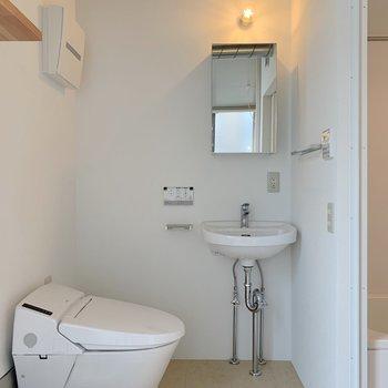 1階奥にトイレや洗面台があります。 ※写真は前回募集時のものです