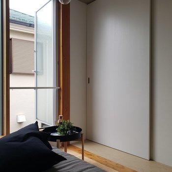 この白い扉の向こうは、、?※家具はサンプルです。