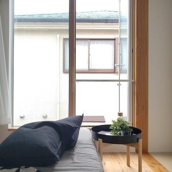 大きい窓から入るお日さまが気持ちいい。※家具はサンプルです。