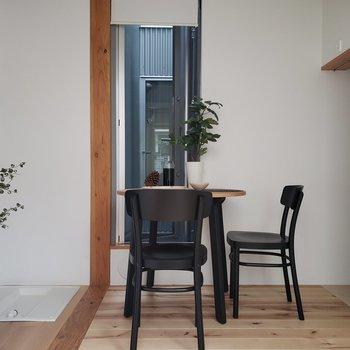 中庭側にも窓があるんです。※家具はサンプルです。