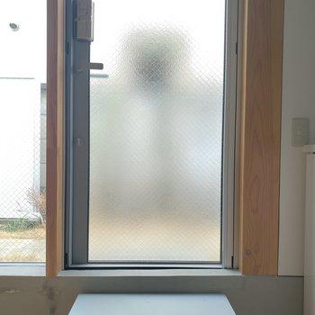 玄関の戸締りはきちんと。※家具はサンプルです。
