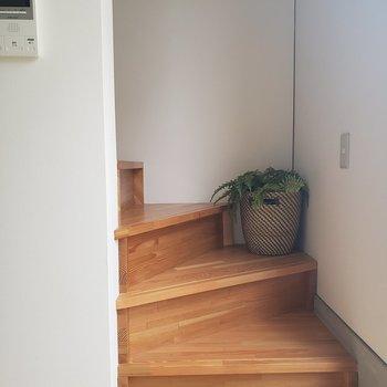 階段で2階へ※家具はサンプルです。