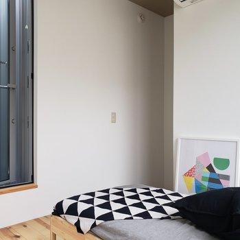 こちらの部屋も窓が2つ。明るいです。※家具はサンプルです。