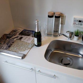 IHコンロです。作業スペースにもなります。※家具はサンプルです。