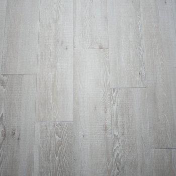 床はシックな木目のフロアタイル