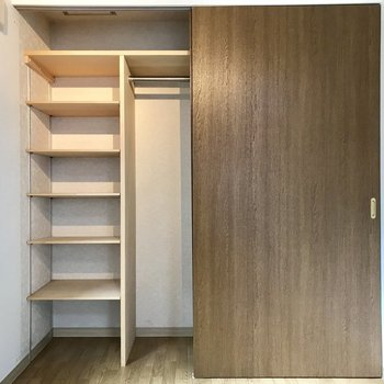 収納、こっち側は棚ありタイプ!※写真は同間取り別部屋です