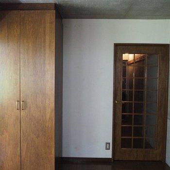 リビングには洗濯機置場があります。※写真は2階同間取り別部屋のものです。
