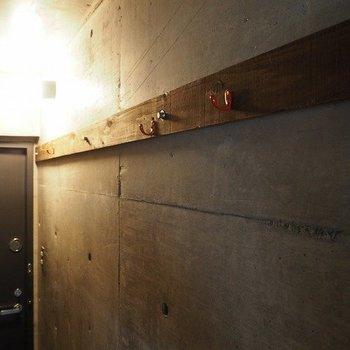 玄関にはフックがあります。※写真は2階同間取り別部屋のものです。