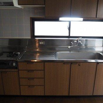キッチンはでかい!※写真は2階同間取り別部屋のものです。