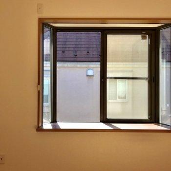 【5帖洋室】窓からの光がお部屋を満遍なく照らします