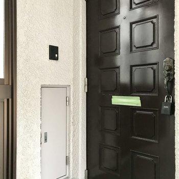 玄関扉もレトロながら重厚感。
