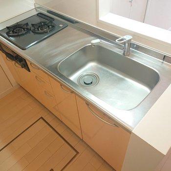 【1階LDK】グリルもあって使いやすそうなキッチンです