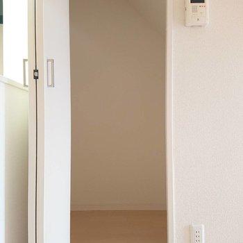 【1階LDK】掃除用具などの日用品や衣装ケースを。