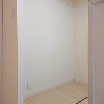 【1階LDK】キッチンうしろに冷蔵庫や食器棚を。