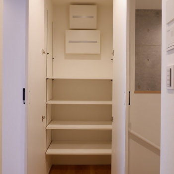 玄関上がったところにも可動棚の収納が。