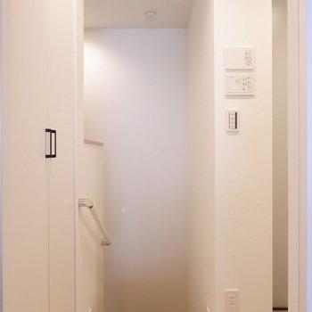 玄関は1階に。階段降りるとリビングへ。