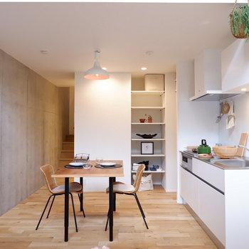 コンクリートと無垢床のバランスが良いですね。