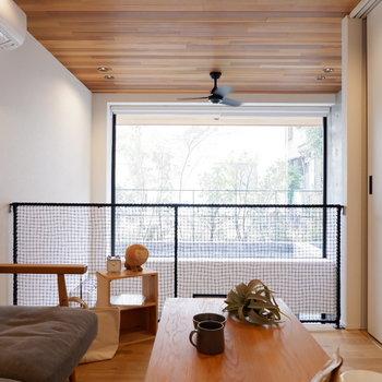 ソファとローテーブルの代わりにダブルサイズのベッドを置くこともできますよ。
