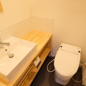 洗面台は木の温かみが嬉しい造作洗面台です