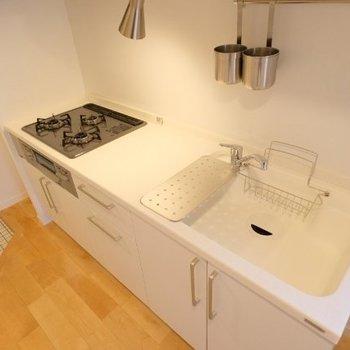 人工大理石を使った人気のキッチン。なんと充実したキッチンなんでしょう・・・!