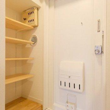 玄関横の可動棚はなにを置いても様になりますね