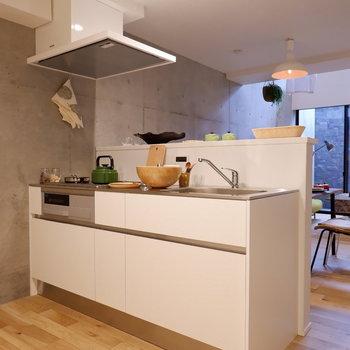 キッチンは2人で立ってもゆとりあるサイズ。