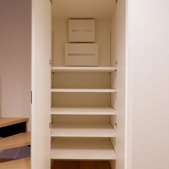 階段下にたっぷりの収納。食品ストックなどに良いかな。