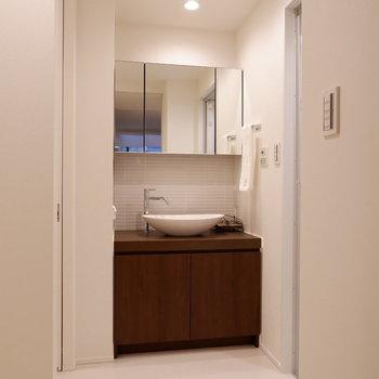 お部屋と一変、白で爽やかな水回り。