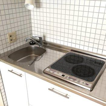IHの2口。洗い物、調理はしにくそうですね。