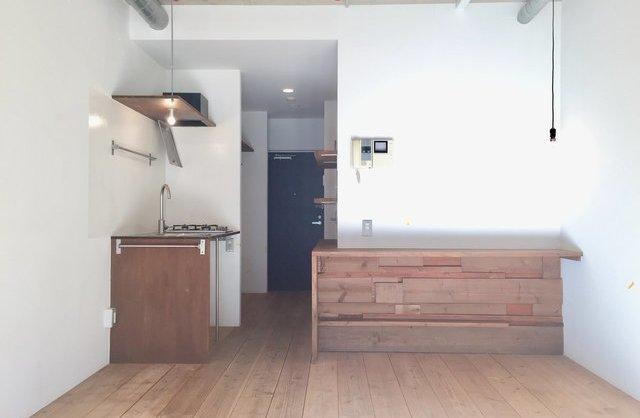 木の器とスプーンでシチューをのお部屋