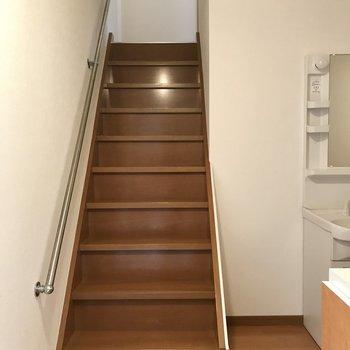 お家に入ってまずは階段を登ろう!