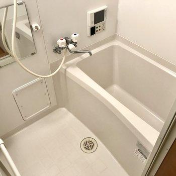 奥がお風呂。テレビ付きだ〜〜〜!