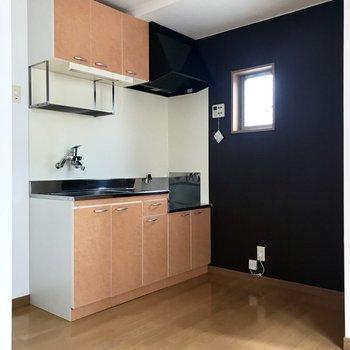 右にはラックを置いてキッチン家電。左には冷蔵庫かな。