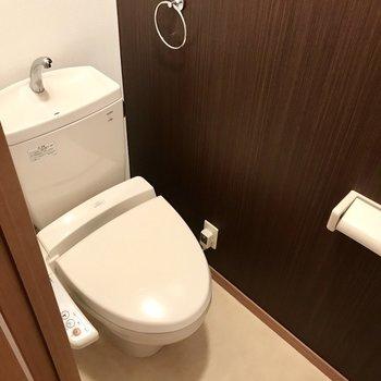 手前はウォシュレット付きトイレ!突っ張り棒で収納を作ろう。