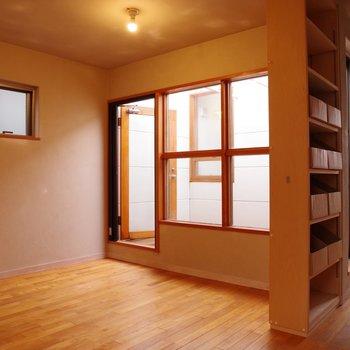 【3階洋室】四角形の窓からの採光。寝室にしようかな