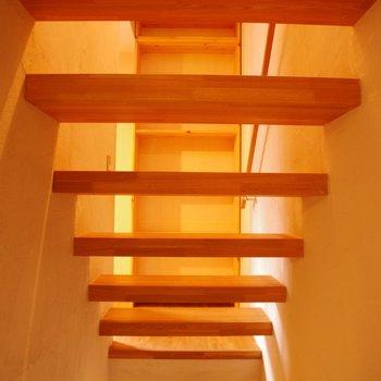 階段見上げると。