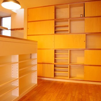 LDKの棚。食器を沢山収納出来ます♪