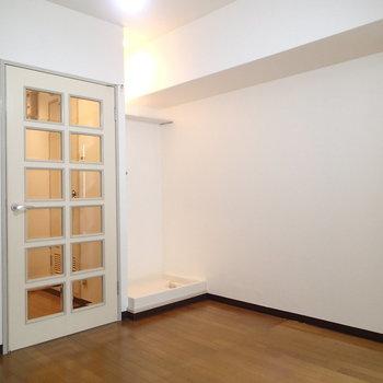 こちらはダイニング部分。扉が可愛い※写真は9階の同間取り別部屋のものです