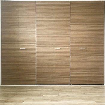 扉はブラウンのウッド調、雰囲気いい♪