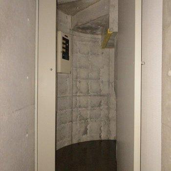 階段の下も収納として活用しましょう!※フラッシュを使用して撮影しています