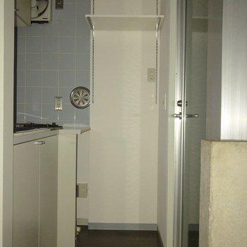 コンロの隣は洗濯機置場です。※フラッシュを使用して撮影しています