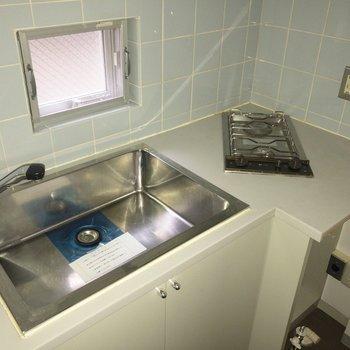 洗濯機の上を調理スペースにするのもアリです。※フラッシュを使用して撮影しています