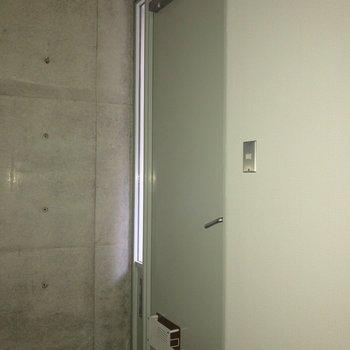 玄関はフラットになっています。※フラッシュを使用して撮影しています