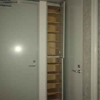 シューズボックスは玄関からちょっと離れています。※フラッシュを使用して撮影しています