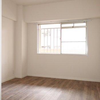 玄関横の洋室はちょっと陽当りがイマイチだから明るい色のインテリアがいいかも♪