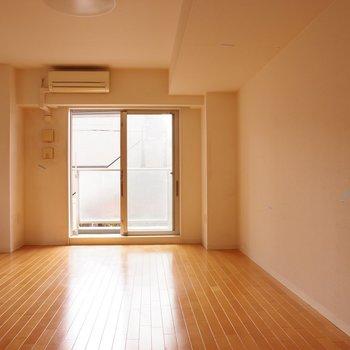 壁際にはソファーや観葉植物を置いてリラックススペースにするのもいいな※写真は2階の反転間取り別部屋のものです